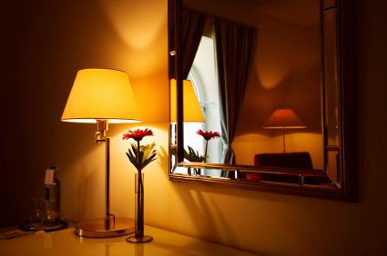 Bordslampa med skärm som ger stämningsbelysning
