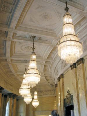 Äkta kristallkronor i barockstil finns bevarade i slott och kloster