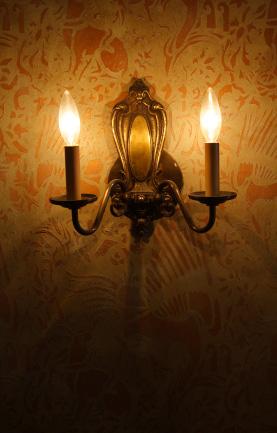 Vägglampor ger en stämningsfull belysning i hallar och korridorutrymmen